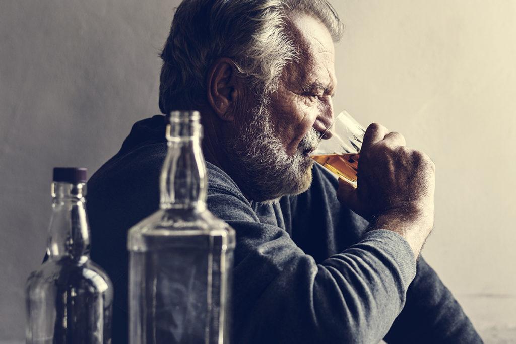 Фото пожилого человека пьющего алкоголь