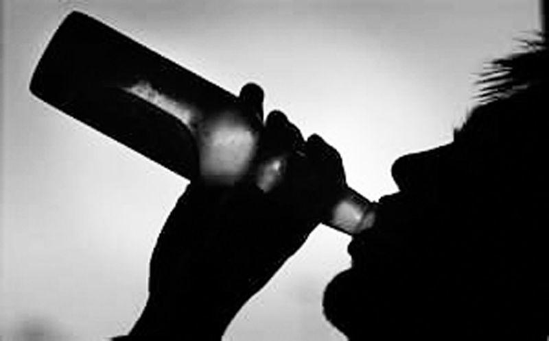 мужчина алкоголь пьет из бутылки